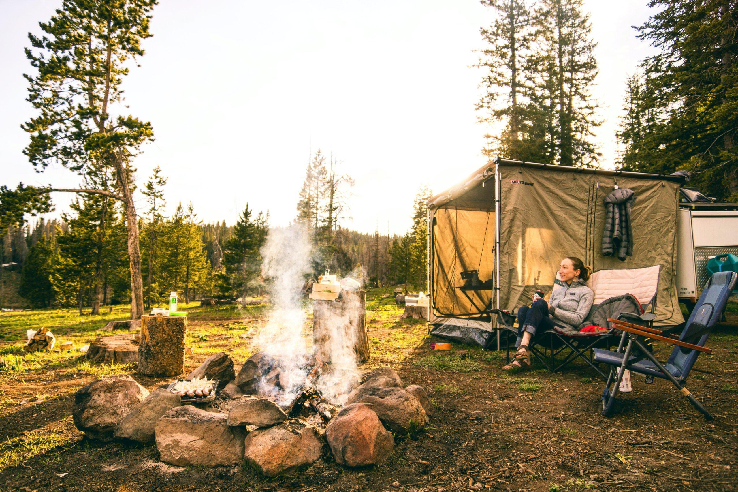キャンプを楽しむ人