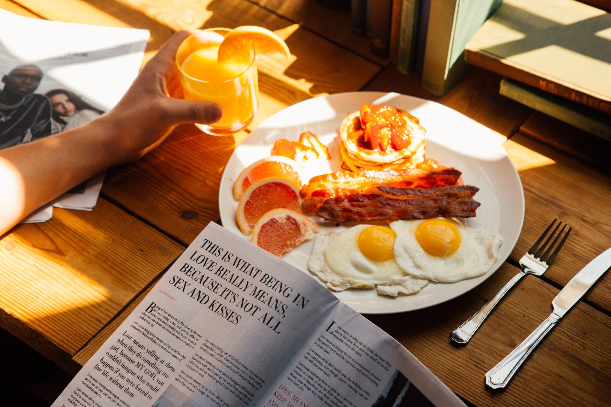朝食のベーコン玉子が乗ったお皿