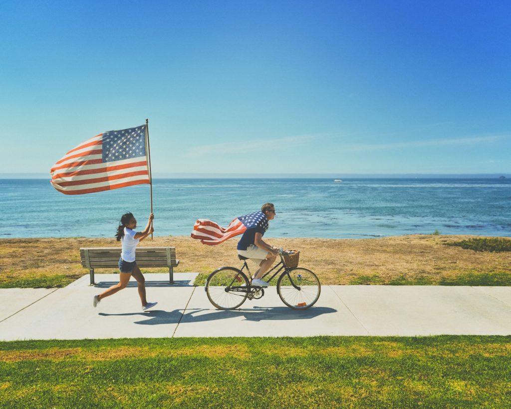 アメリカの国旗を持って走る人