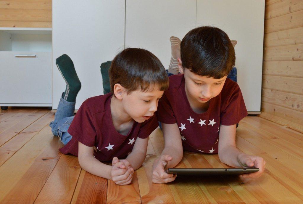 kids play on ipad